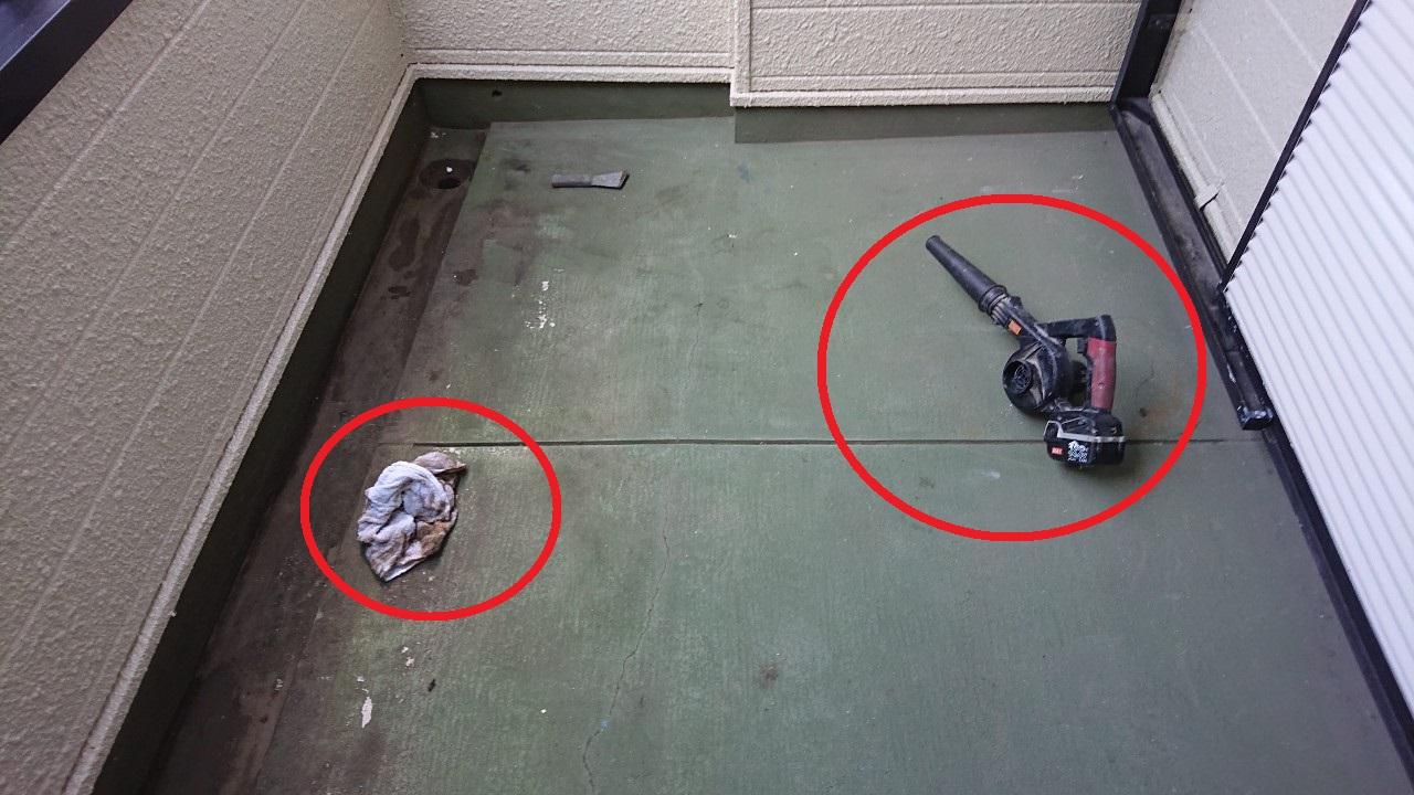 神戸市垂水区でのベランダ床メンテナンス現場で掃除を行っている様子