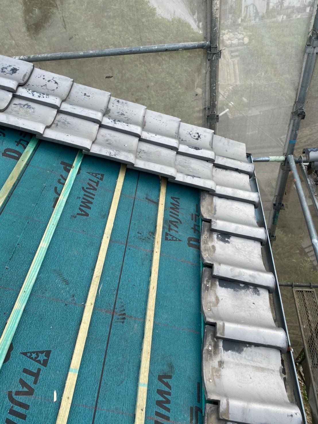 瓦屋根葺き直し工事で瓦屋根を葺いている様子