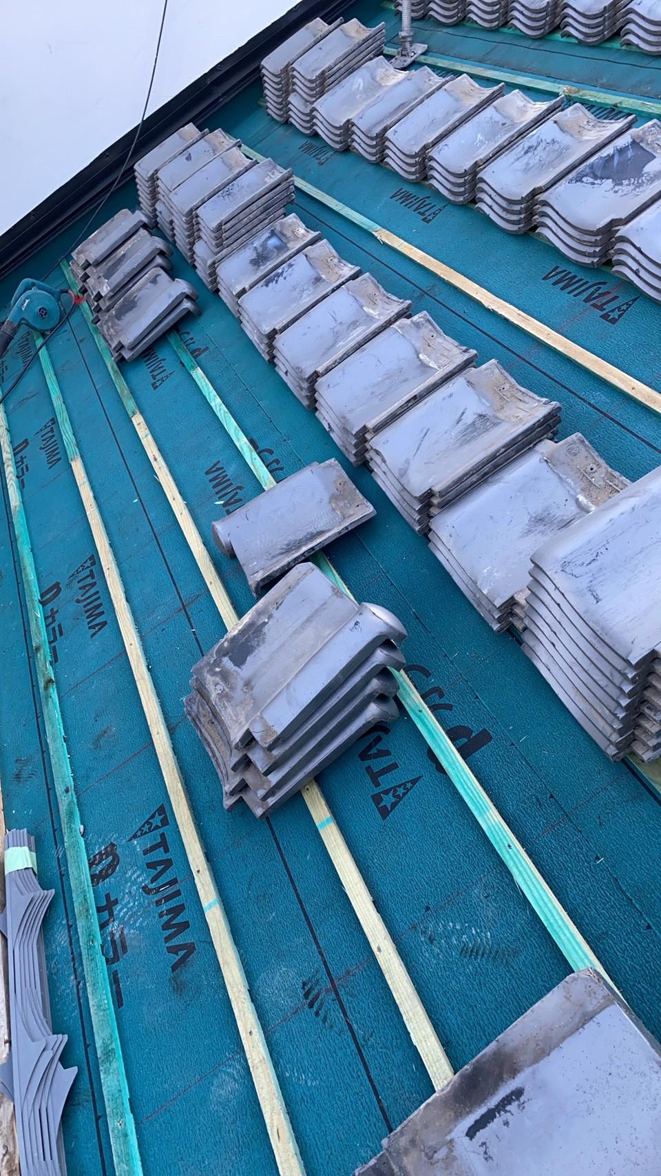 既存の瓦屋根を葺き直すために並べている様子