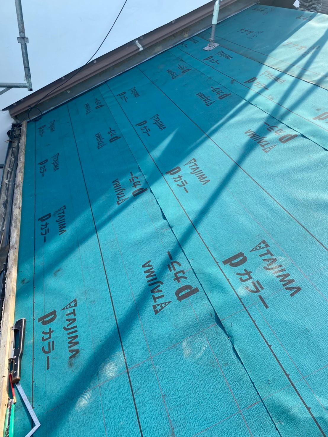 神戸市中央区の瓦屋根葺き戻し工事で防水シートを貼った様子