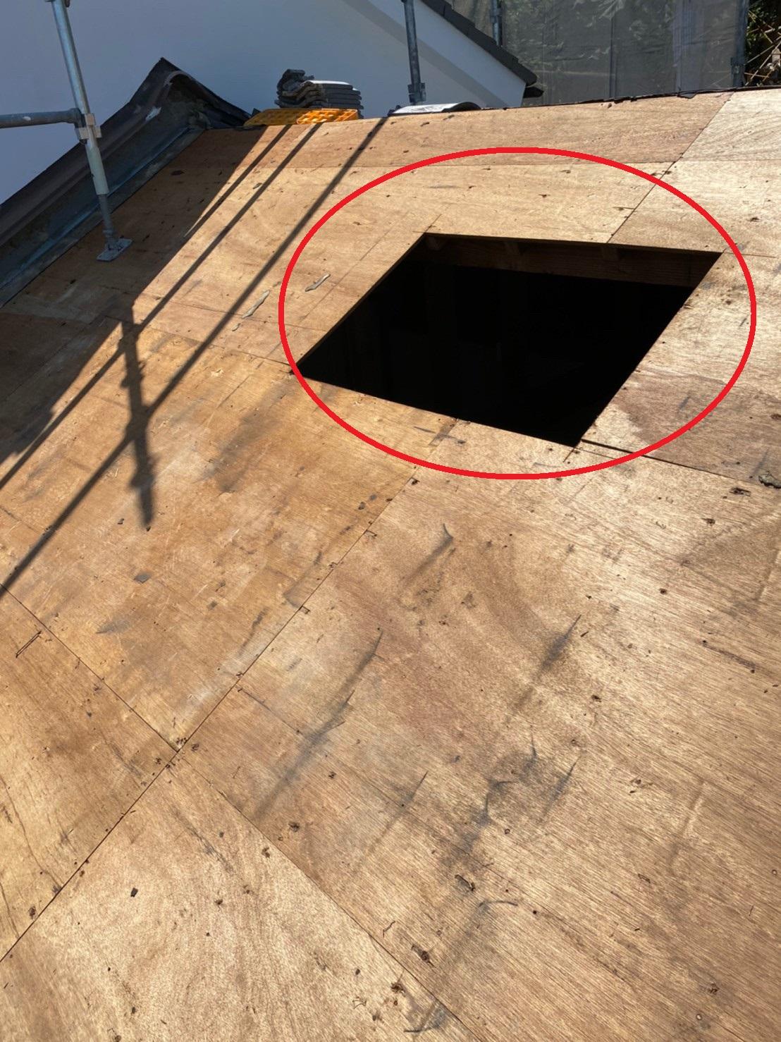 神戸市中央区の瓦屋根葺き戻し工事でトップライトを撤去した様子