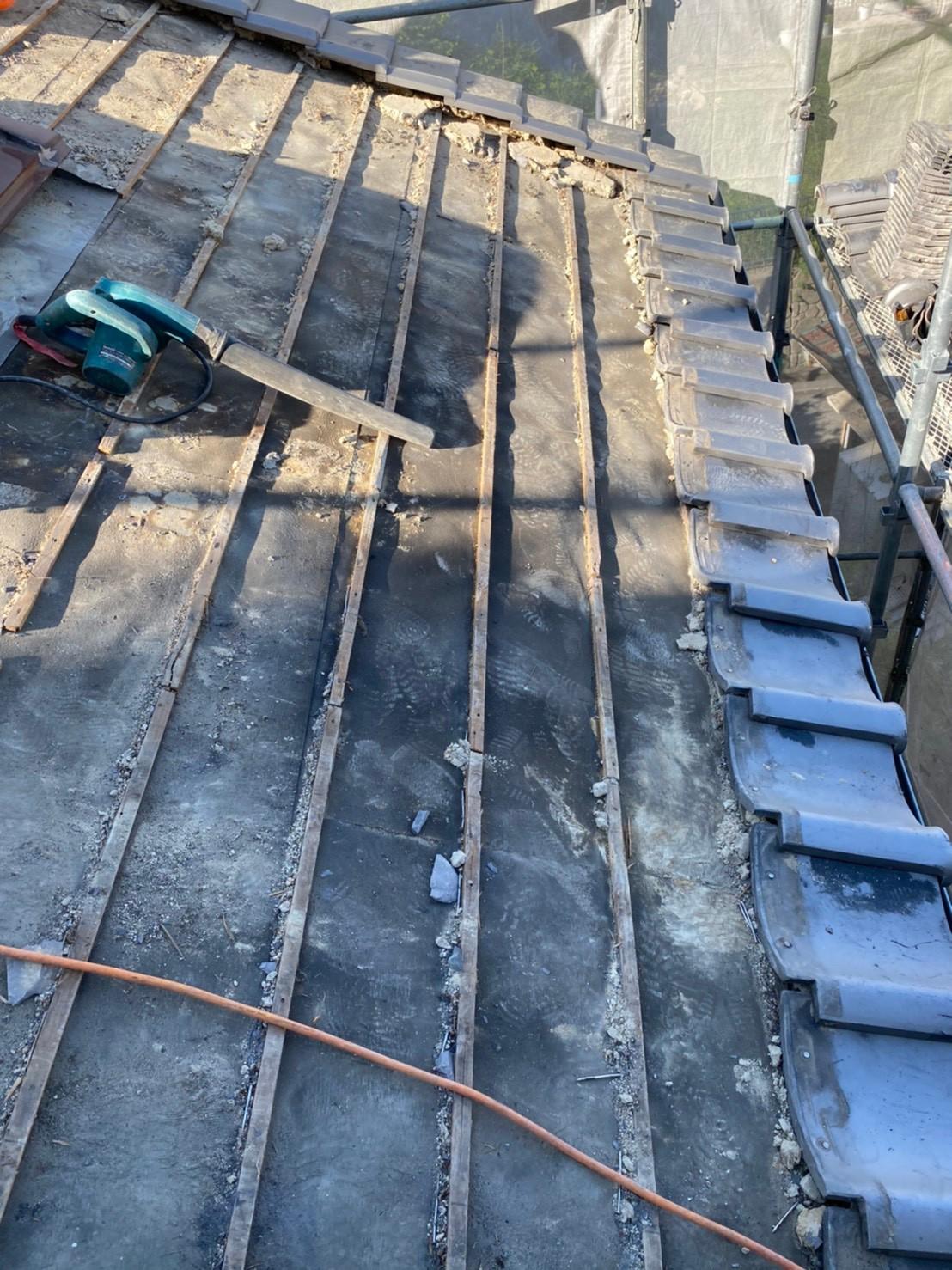 神戸市中央区の瓦屋根葺き戻し工事で地瓦を撤去している様子