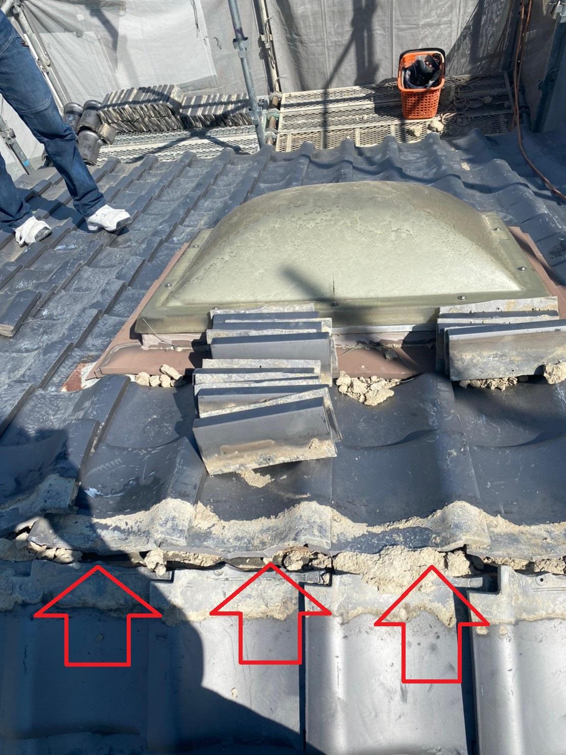 神戸市中央区の瓦屋根葺き直し工事で既存の棟瓦を撤去した様子