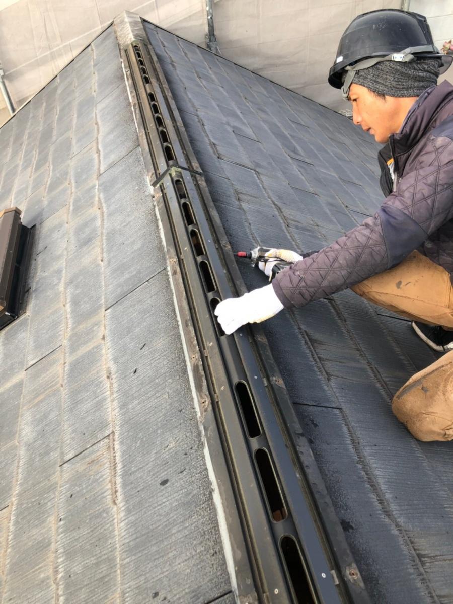神戸市でのアスベスト含有屋根材を撤去する前に棟板金を解体している様子
