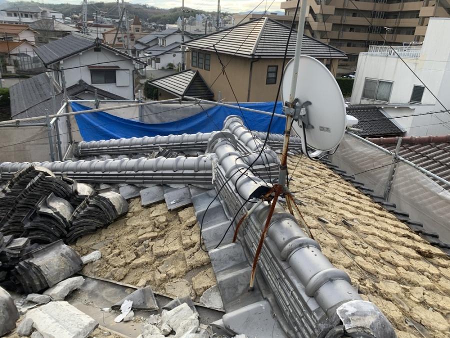 コウモリ被害を受けていた瓦屋根を撤去している様子