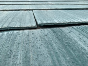 反り上がったスレート屋根の様子