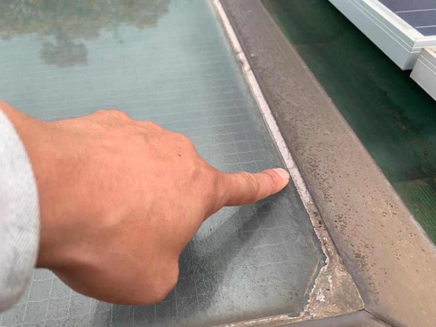 神戸市垂水区での屋根葺き替え工事前点検で天窓ガラス廻りのコーキングが剥がれている様子