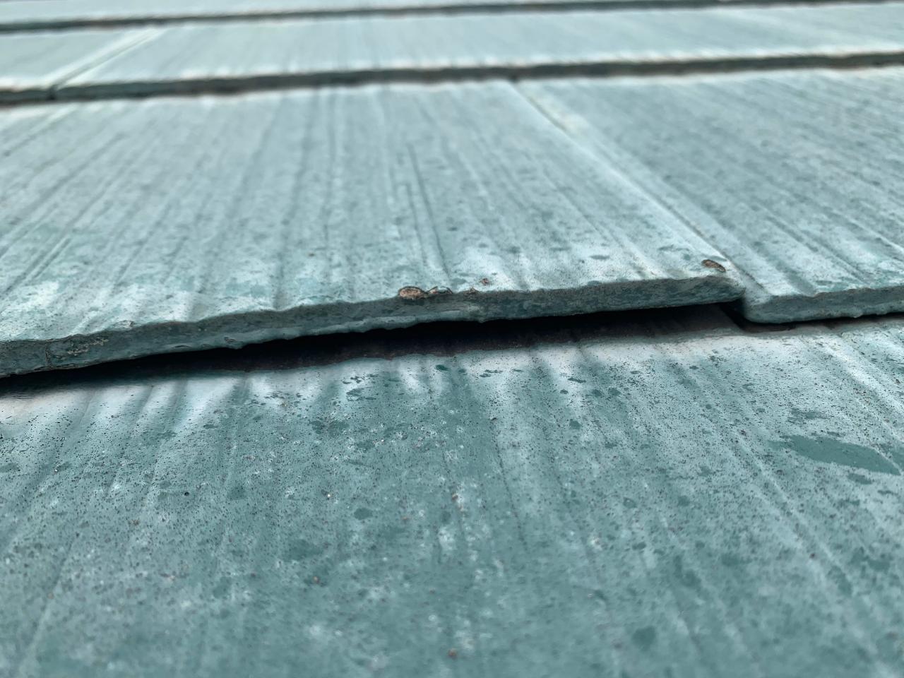 浮いたスレート屋根