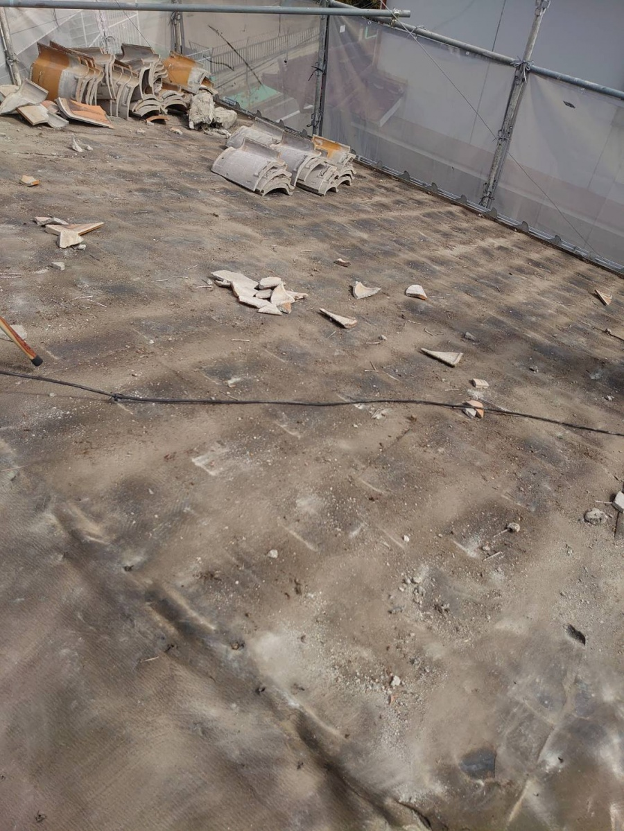 淡路市屋根葺き替え工事で瓦屋根を撤去した後の防水シートの様子