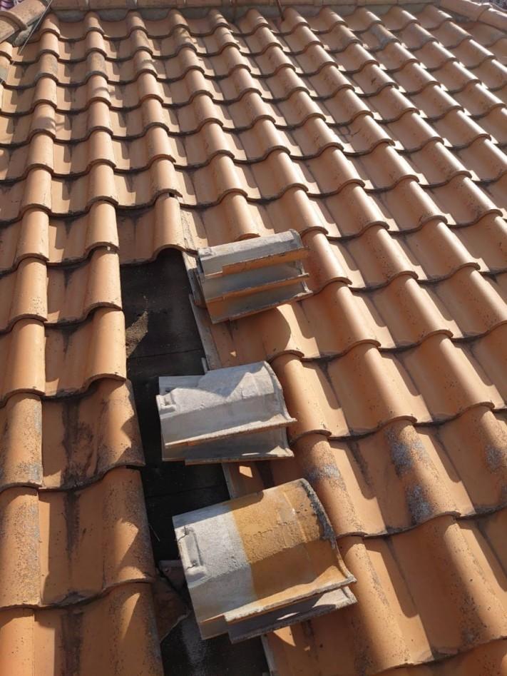 淡路市屋根葺き替え工事で瓦屋根を撤去している様子