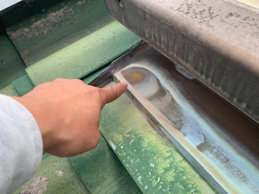 神戸市垂水区での屋根葺き替え工事前点検で天窓廻りの銅板水切りに穴が開きかけている様子