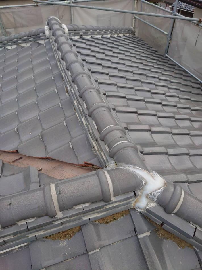 経年劣化した瓦屋根の様子
