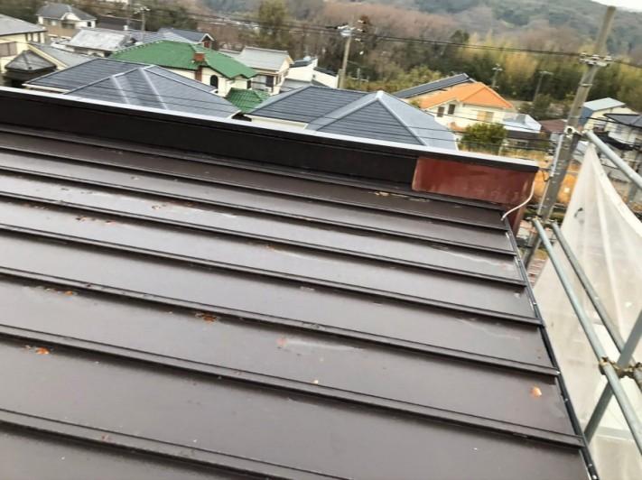 屋根の側面にパラペットが付いている様子