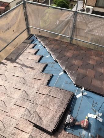 屋根を葺いている様子