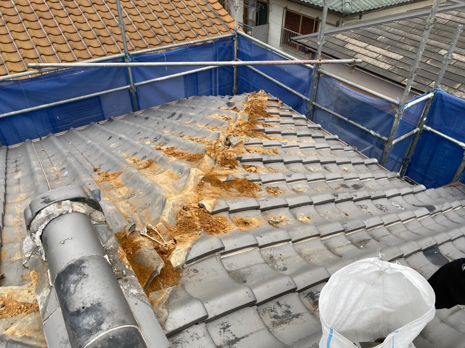 三木市での瓦屋根修理で棟瓦を撤去した様子