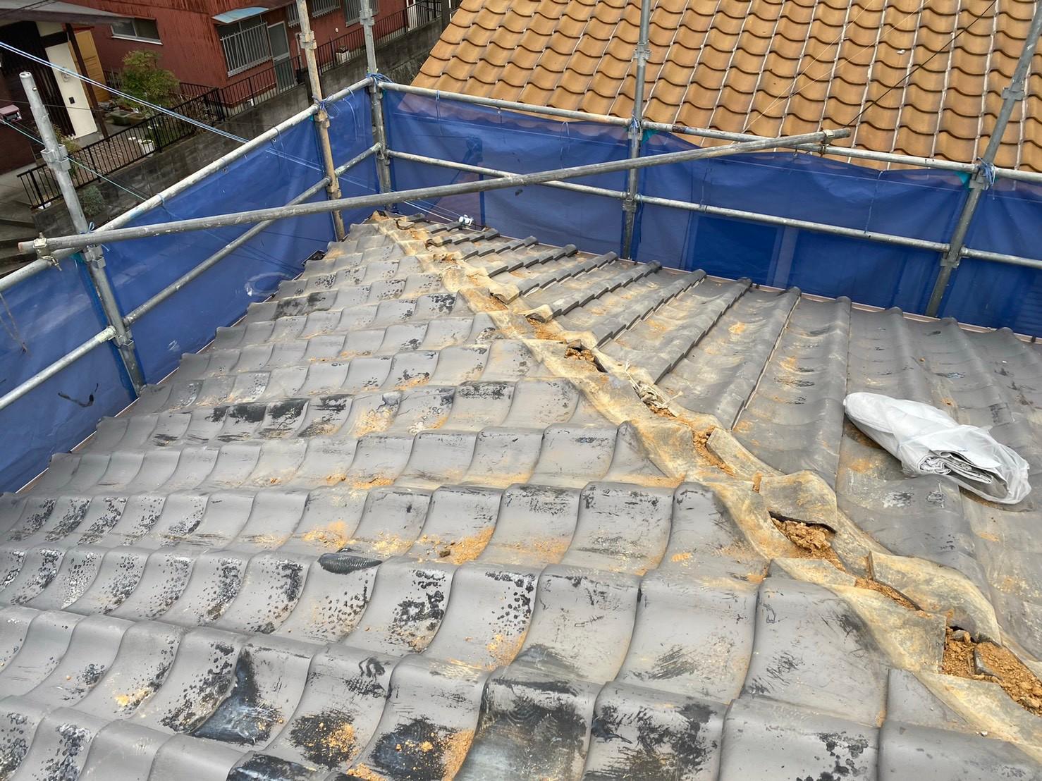 三木市での棟瓦積み替え工事で棟瓦を撤去した様子