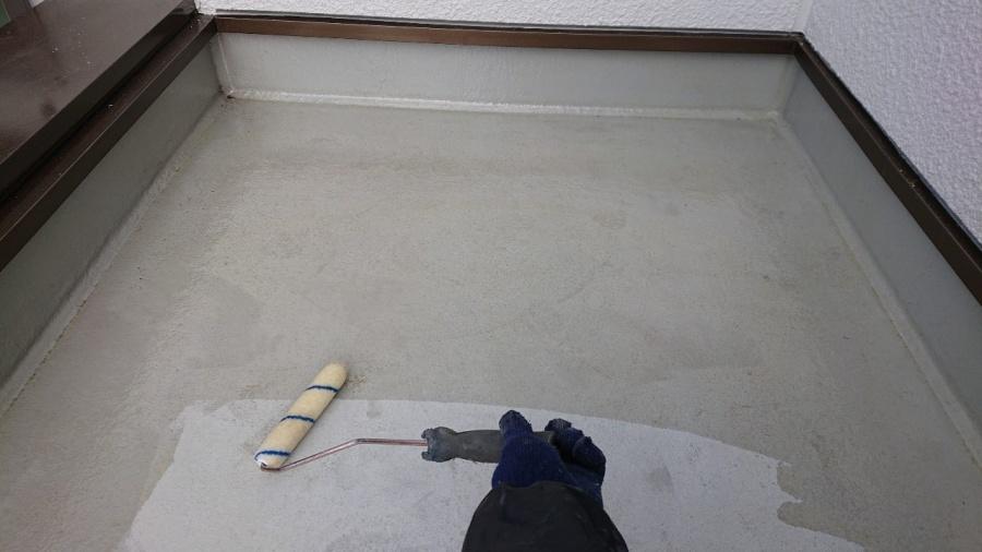 三木市での防水リフォーム工事で土間にプライマーを塗っている様子