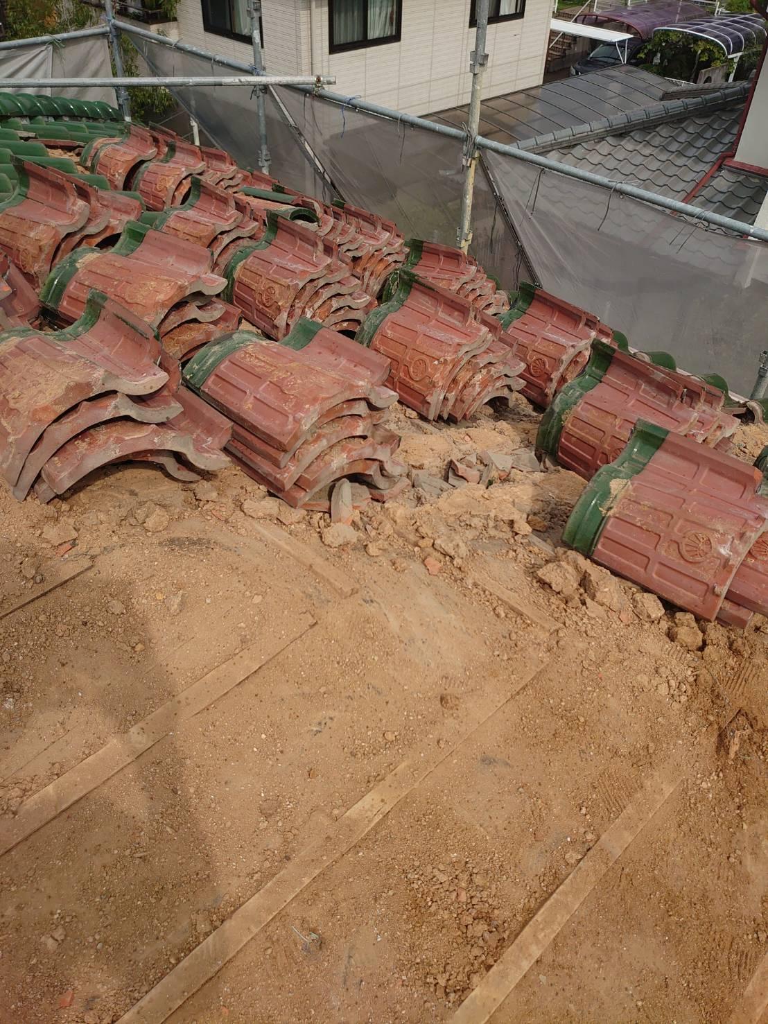 神戸市での瓦屋根葺き替え工事で既存の瓦を撤去している様子