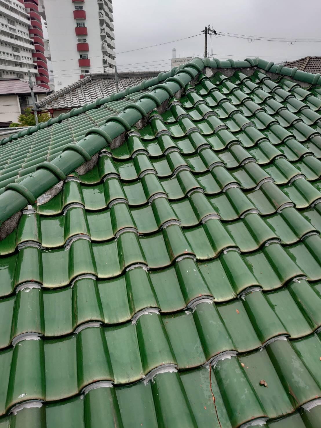 大雨により雨漏り被害を受けた瓦屋根の様子