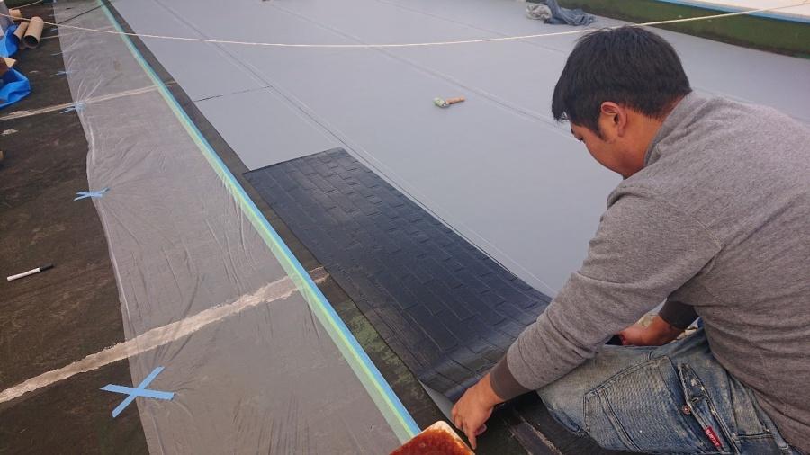 神戸市中央区で屋上防水工事で通気シートを貼っている様子