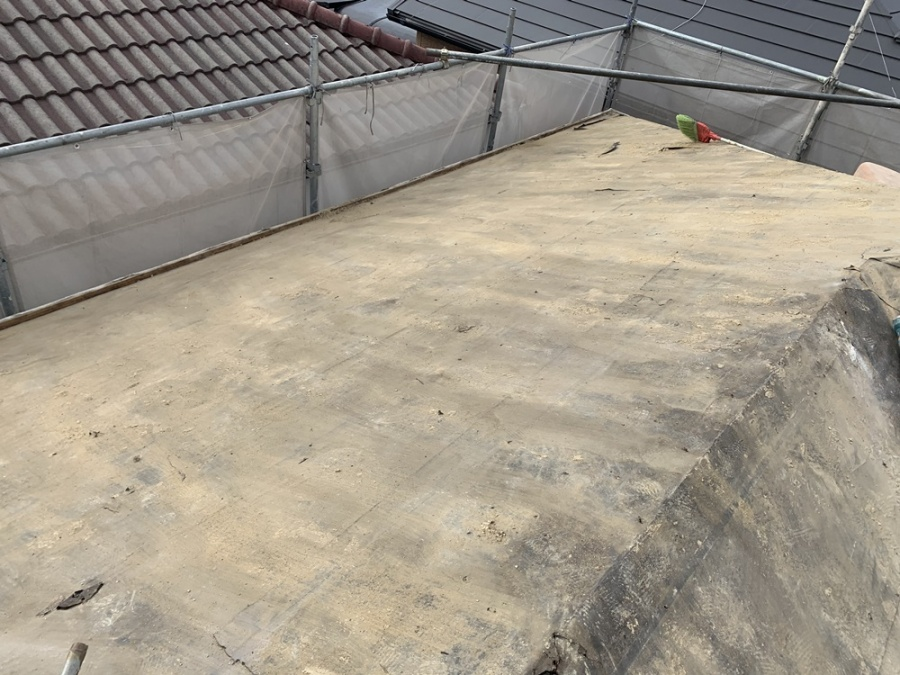 三田市にて瓦屋根を撤去した後の防水シートの様子