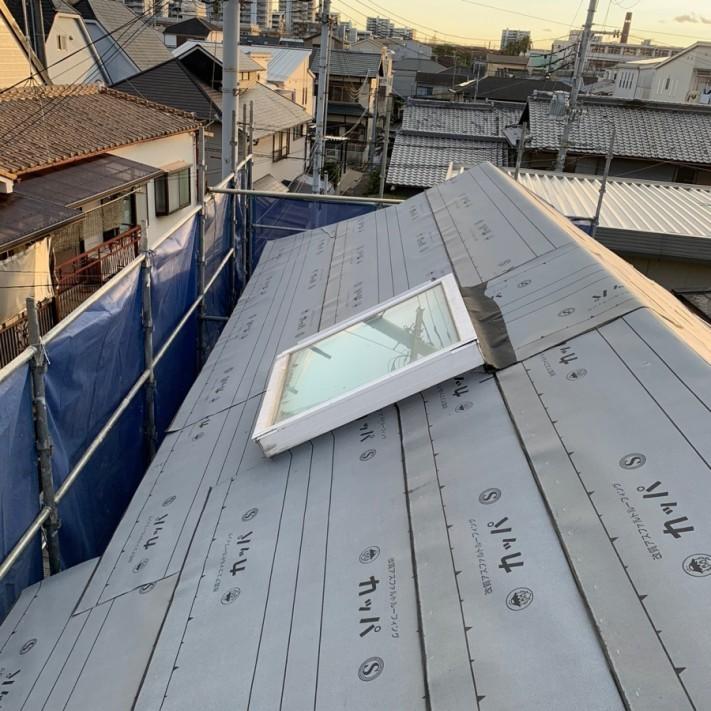 天窓廻りに防水シートを貼った様子
