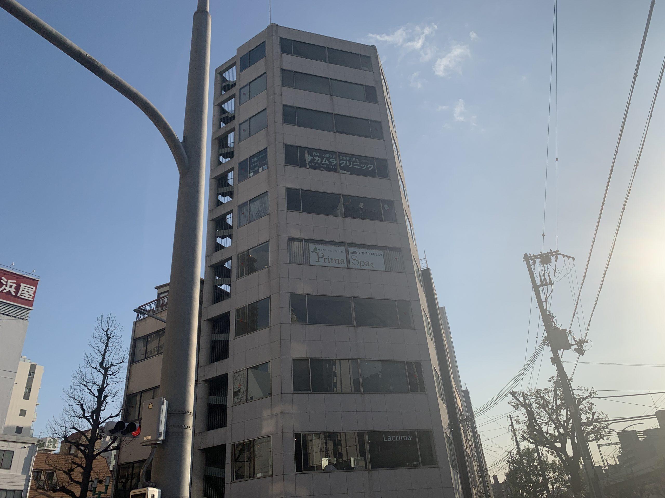 神戸市中央区で大規模修繕を行った10階建てビルの様子
