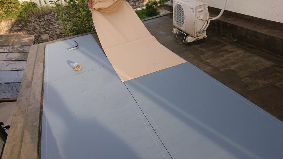 神戸市垂水区で行った屋上修理で通気シートを貼っている様子