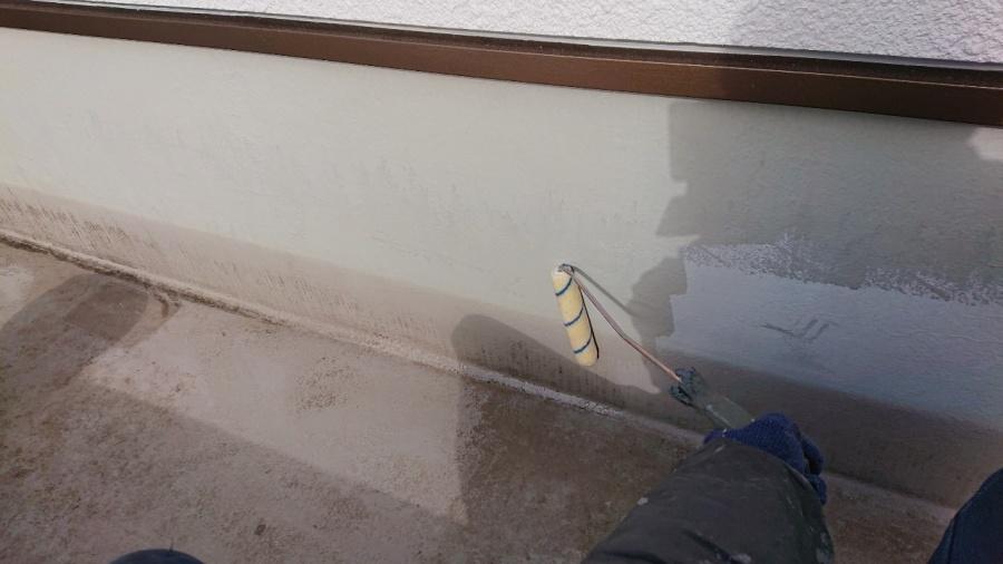 三木市での防水リフォーム工事で立ち上がりにトップコートを塗っている様子
