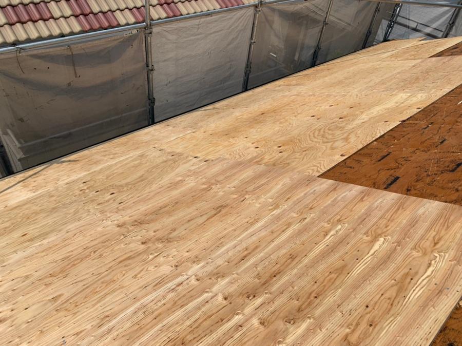 神戸市垂水区での屋根葺き替え工事で下地用合板を貼っている様子
