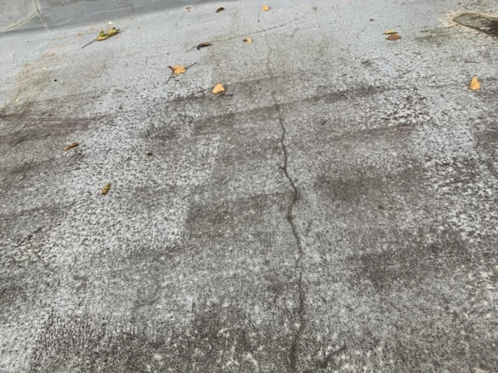 神戸市西区のベランダ工事前点検で土間にひび割れが出来ている様子