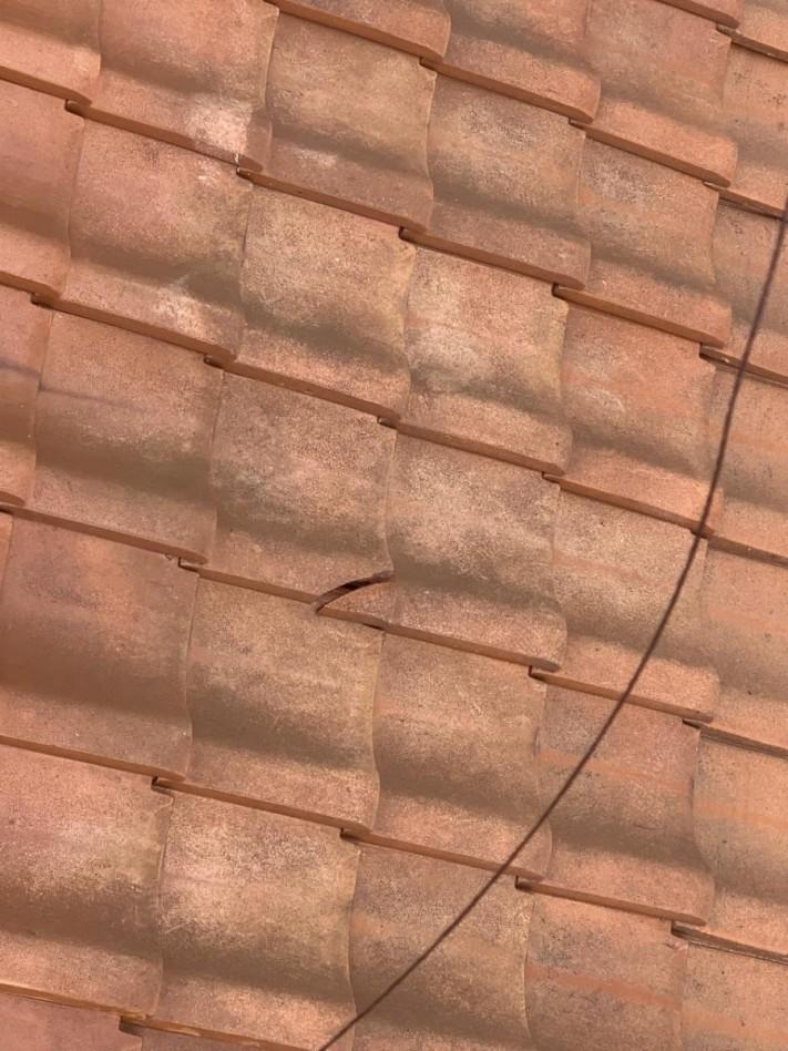 瓦屋根が割れている様子