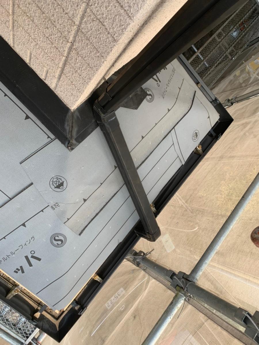 庇屋根に防水シートを貼っている様子