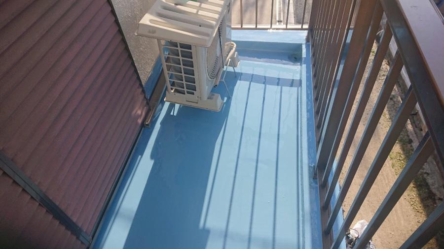 神戸市兵庫区で行ったベランダ防水工事で土間にウレタン防水を塗っている様子