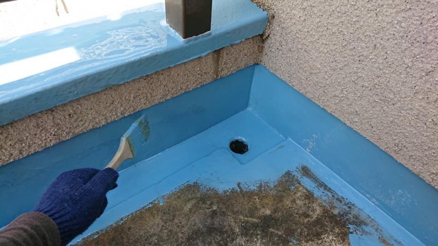 淡路市で雨漏り修理で中塗りしている様子