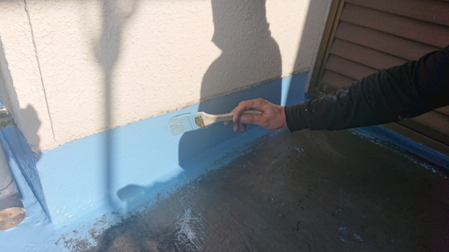 神戸市兵庫区で行ったベランダ防水工事で立ち上がり部分をウレタン防水している様子
