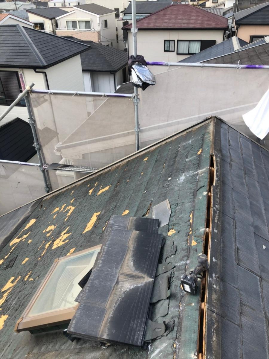 神戸市にてアスベスト含有屋根材の撤去を行っている様子