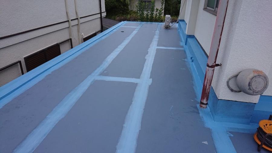 神戸市垂水区で行った屋上修理でウレタン防水を中塗りしている様子