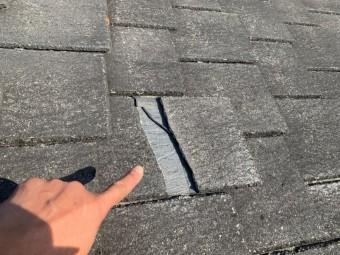 スレート屋根が割れている様子