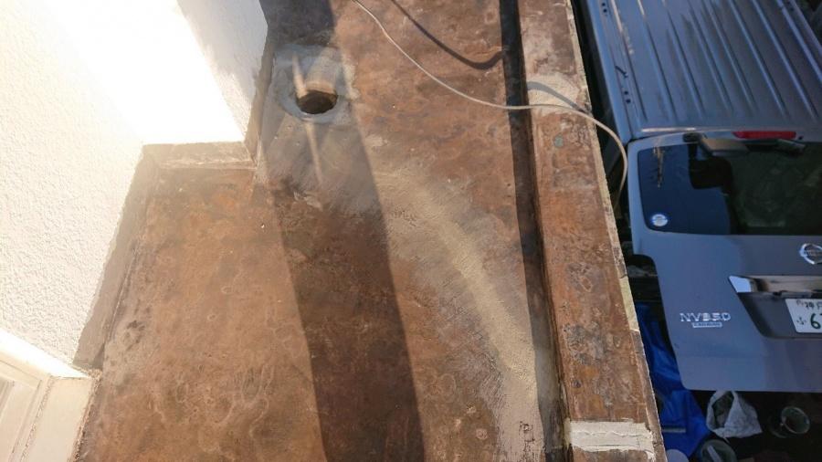 神戸市垂水区で行った屋上修理でプライマーを塗っている様子
