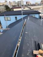 神戸市での換気棟取り付けで屋根材に穴をあけた様子