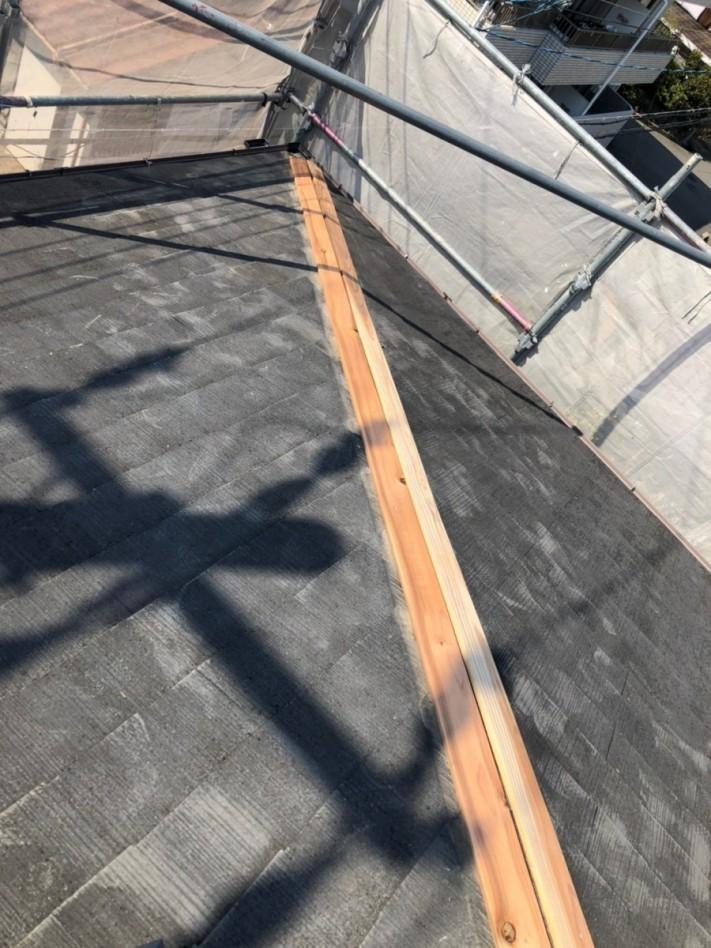 淡路市の屋根修繕で新しい棟木を取り付けた様子