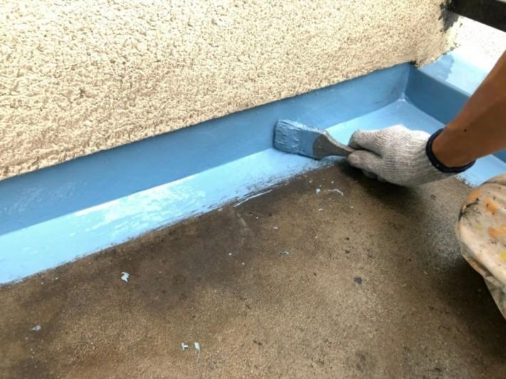 ウレタン防水を塗っている様子