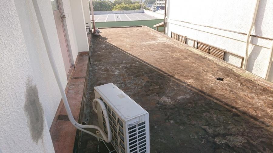 神戸市垂水区で行った屋上修理で既存のゴムシートを撤去した様子