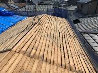 既存の屋根材の瓦をめくった状態