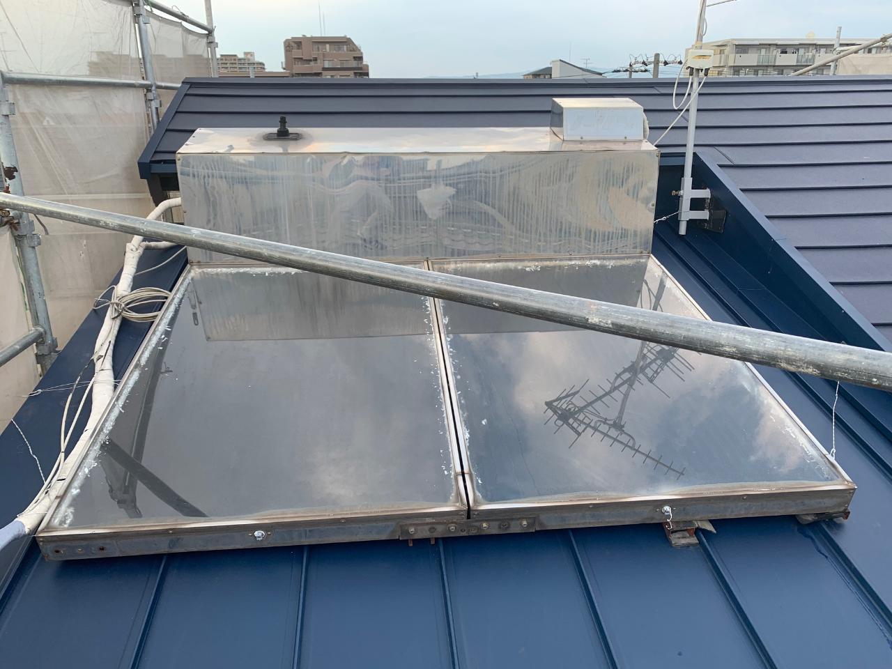 温水器の乗った屋根