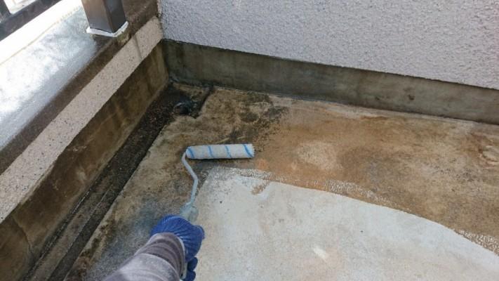 淡路市で雨漏り修理で下塗りしている様子
