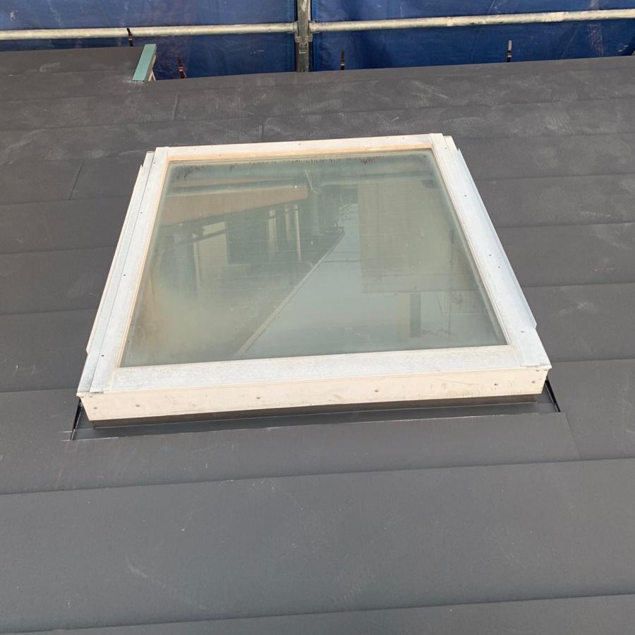 天窓廻りに屋根を葺いた様子