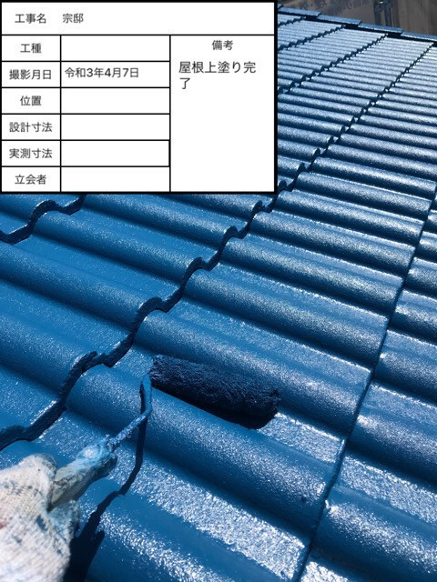 加古川市での断熱屋根塗装で上塗りしている様子