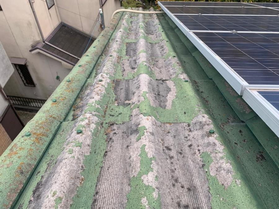 神戸市垂水区での屋根葺き替え工事前点検でスレート屋根の表面が剥離している様子